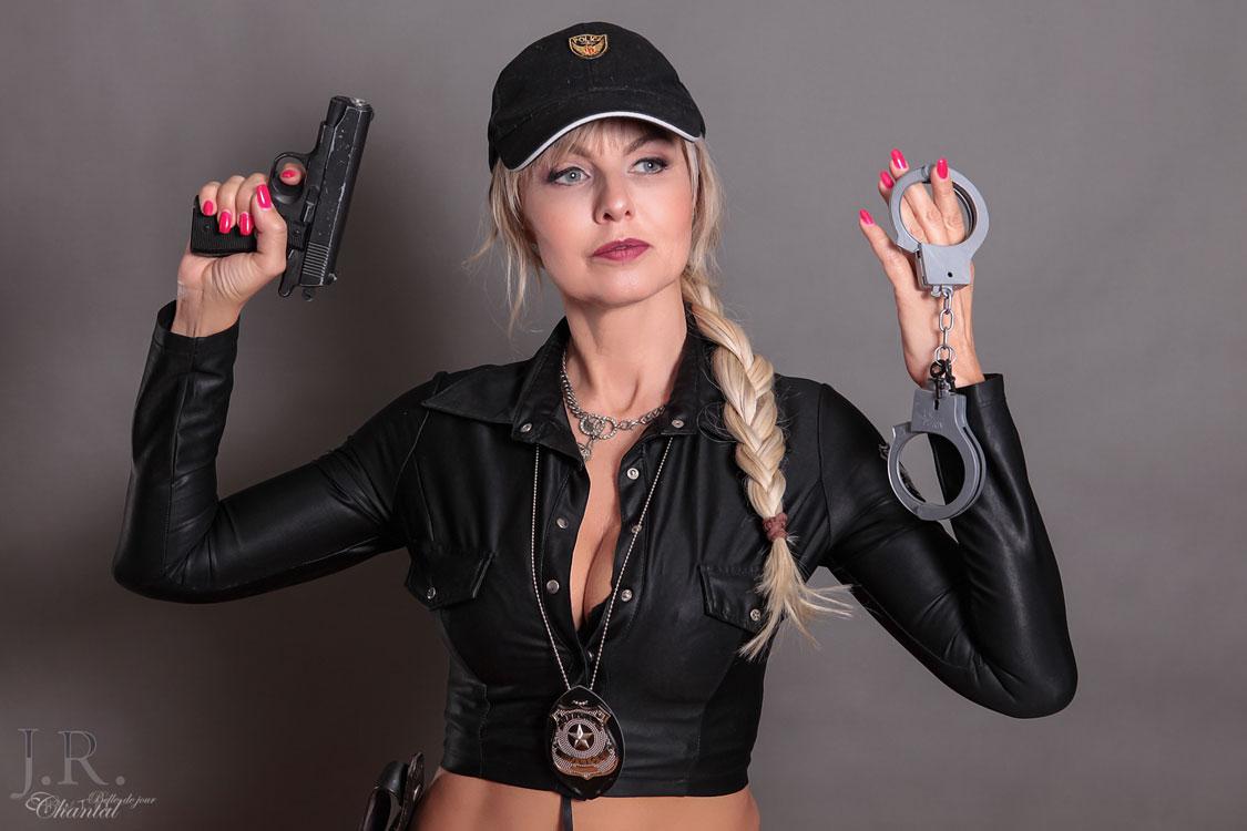 Stripperin als Polizistin buchen